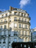 Immeuble en pierre blanche, balcon arrondi, Paris